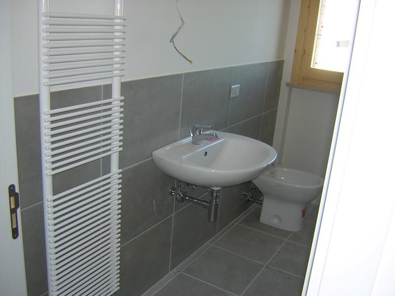 Colore piastrelle bagno classico chic colori caldi with - Dipingere piastrelle bagno ...